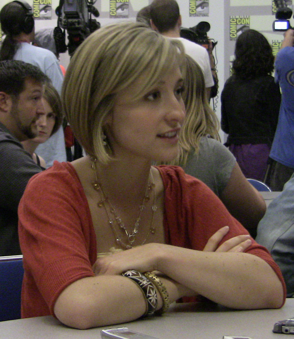 Allison_Mack_at_ComicCon_2009.jpg: Kristin Dos Santos from Los Angeles, California, United Statesderivative work: Tabercil [CC BY-SA 2.0 (https://creativecommons.org/licenses/by-sa/2.0)]