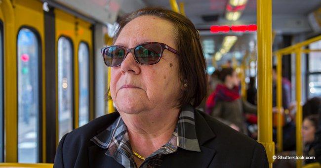 Eine ältere Dame setzte sich hinter den Busfahrer