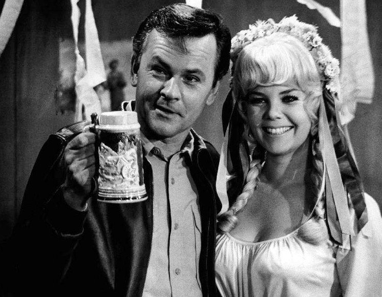 Photo of Bob Crane and Sigrid Valdis in 1969 | Photo: Wikimedia Commons