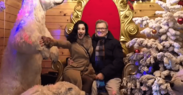 Drew Carey and Amie Harwick enjoying the Christmas holidays. | Source: YouTube/Inside Edition.