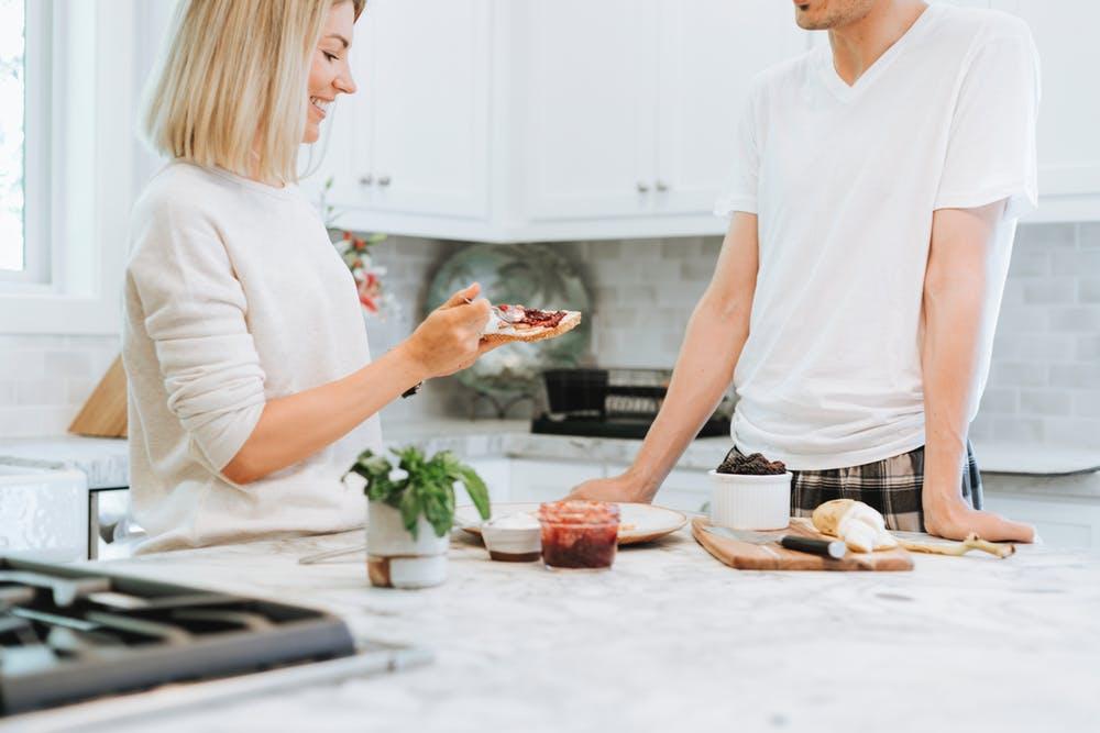 Couple dans la cuisine | Photo : Pexels