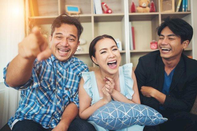 Trois amis riant aux éclats. l Source: Freepik