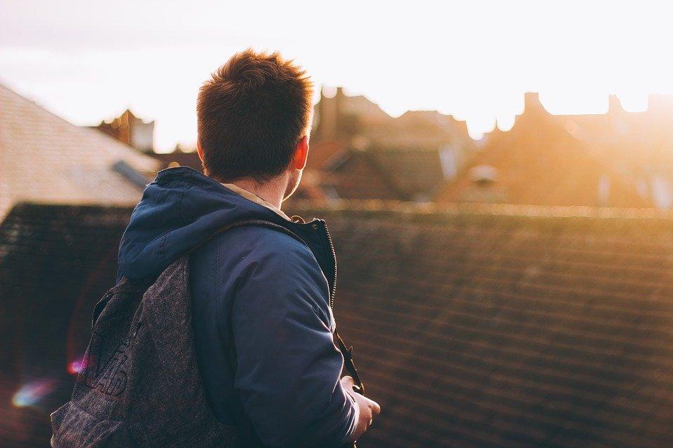 Un homme avec un sac au dos   Photo : Pixabay