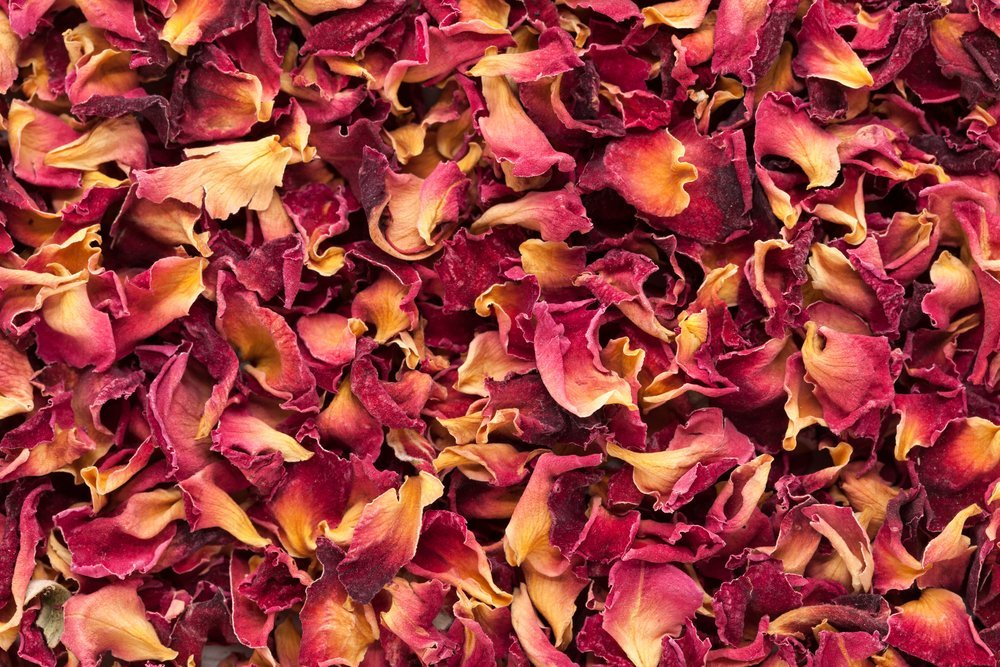 Pétalos de rosa secos orgánicos del damasco | Fuente: Shutterstock