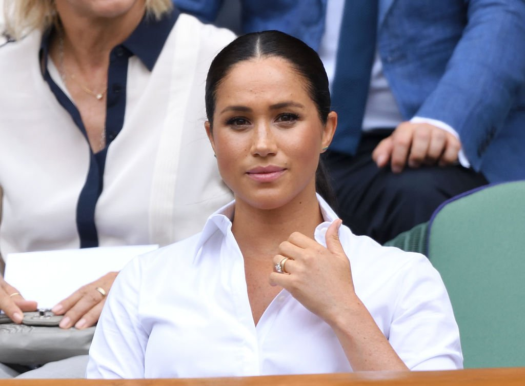 Meghan, Duchesse du Sussex assiste à la finale du simple féminin des Championnats de tennis de Wimbledon au All England Lawn Tennis and Croquet Club | Photo : Getty Images