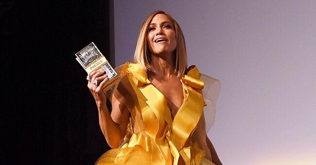Jennifer Lopez manque de tomber d'un balcon lors de la première de 'Queens' au TIFF