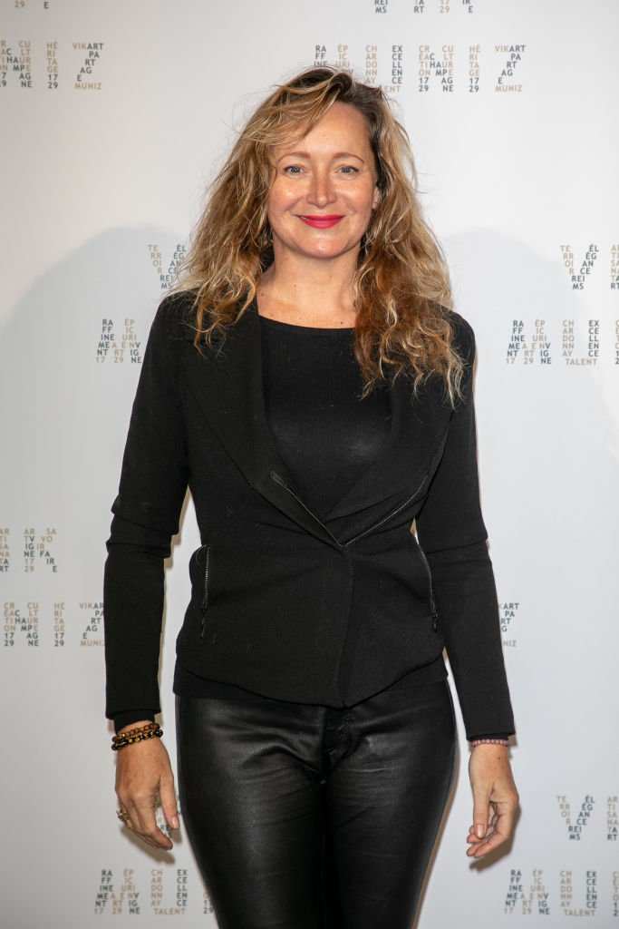 "Julie Ferrier assiste au Photocall ""Vik Muniz X La Maison Ruinart"" au Palais Brogniart le 14 mars 2019 à Paris, France. 