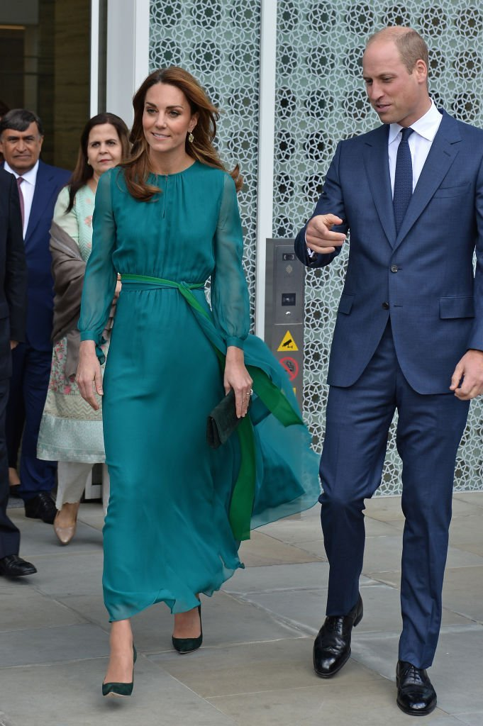 Le Prince William et Kate Middleton sont accueillis par le Prince Shah Karim Al Hussaini, Aga Khan IV lors d'une visite au Centre Aga Khan. | Source : Getty Images