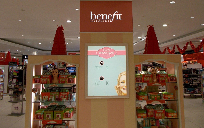 Mostrador de cosméticos Benefit. | Imagen: Wikimedia Commons