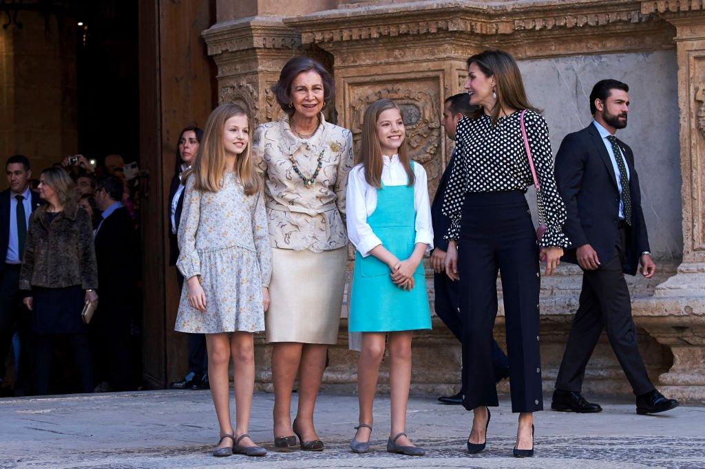La princesa Leonor, la reina emérita Sofía, la infanta Sofía y la reina Letizia de España en la misa de Pascua el 1 de abril de 2018 en Palma de Mallorca, España. | Imagen: Getty Images