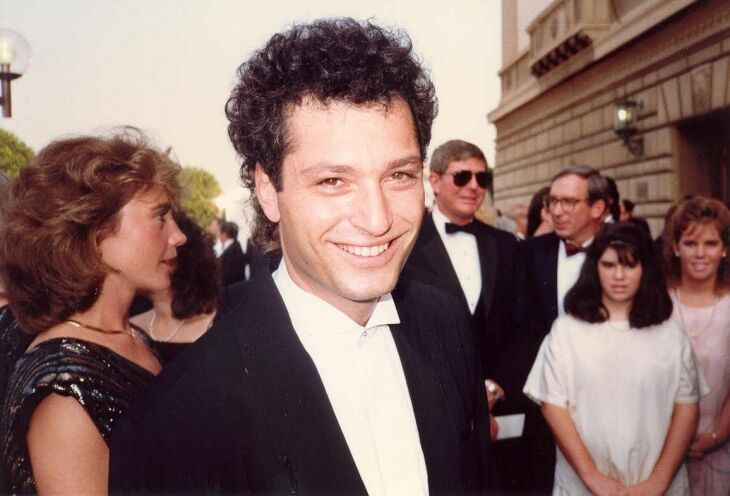 A young Howie Mandel smiles at the camera | Wikimedia Commons