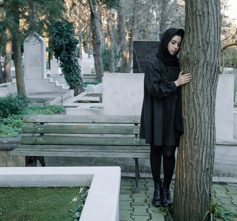 Sad woman in a cemetery | Source: Pexels