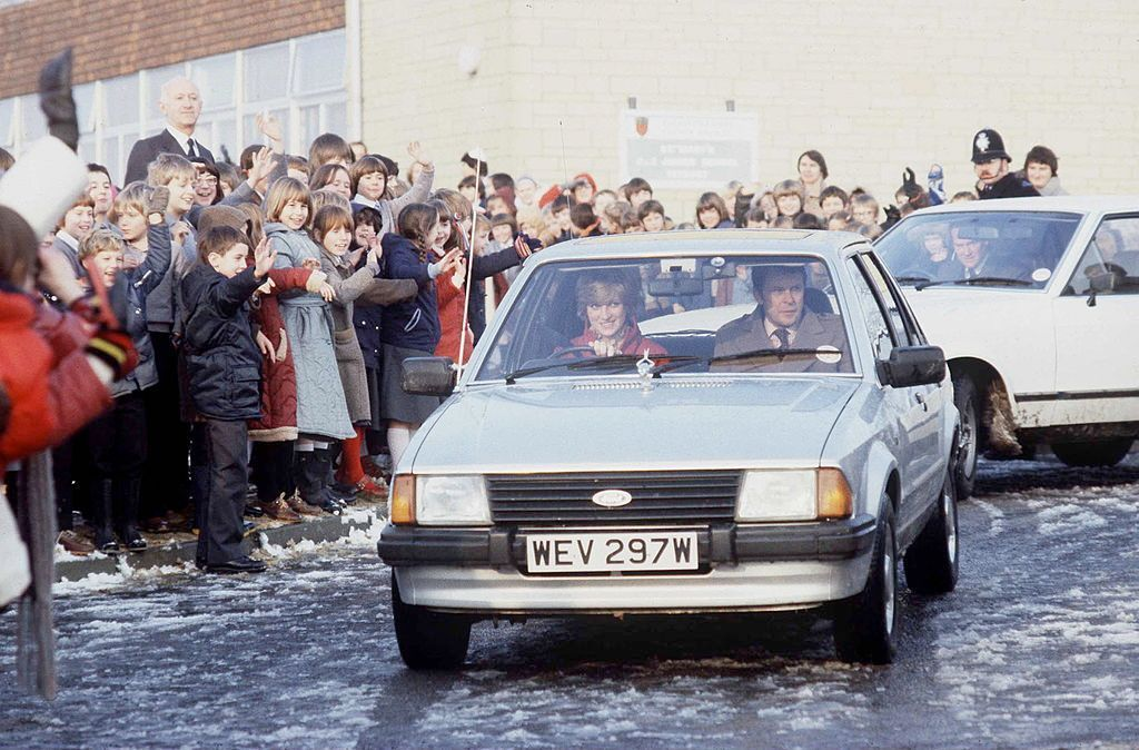 Prinzessin Diana in ihrem Ford Escort Ghia Saloon. | Quelle: Getty Images