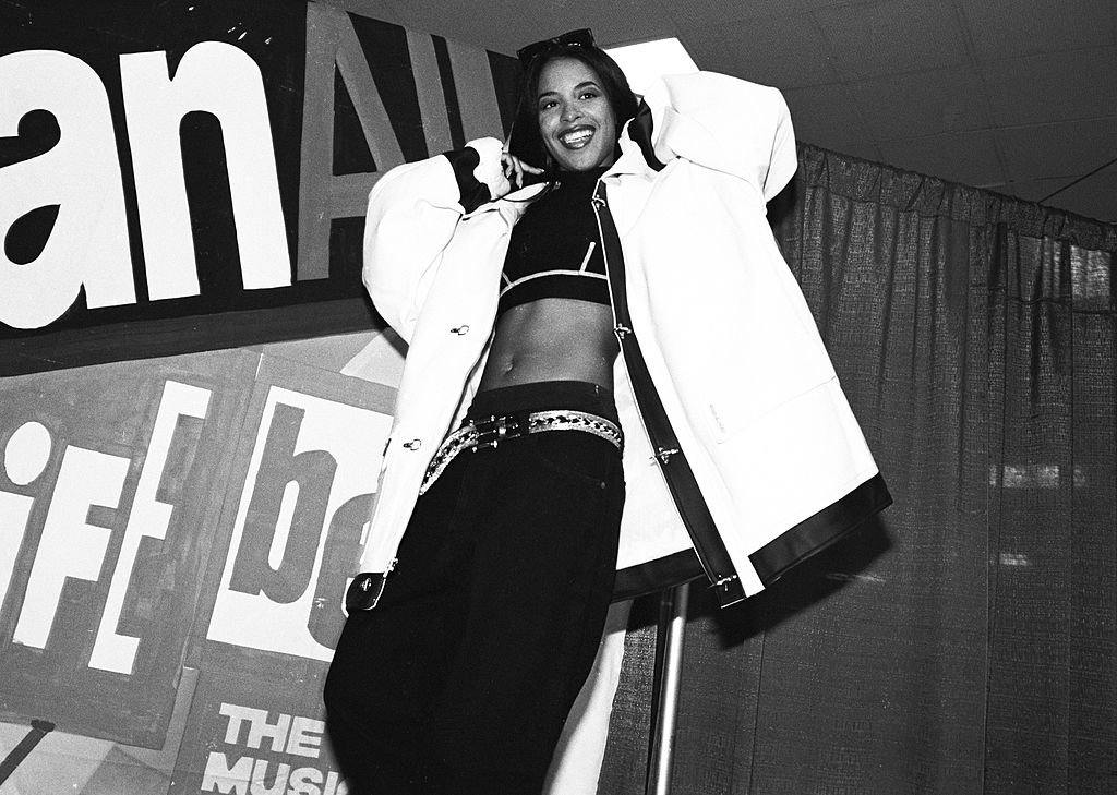 R&B singer Aaliyah, aka Aaliyah Dana Houghton poses for a photo backstage at Madison Square Garden for Lifebeat's Urban Aid benefit concert on October 5, 1995. | Photo: Getty Images
