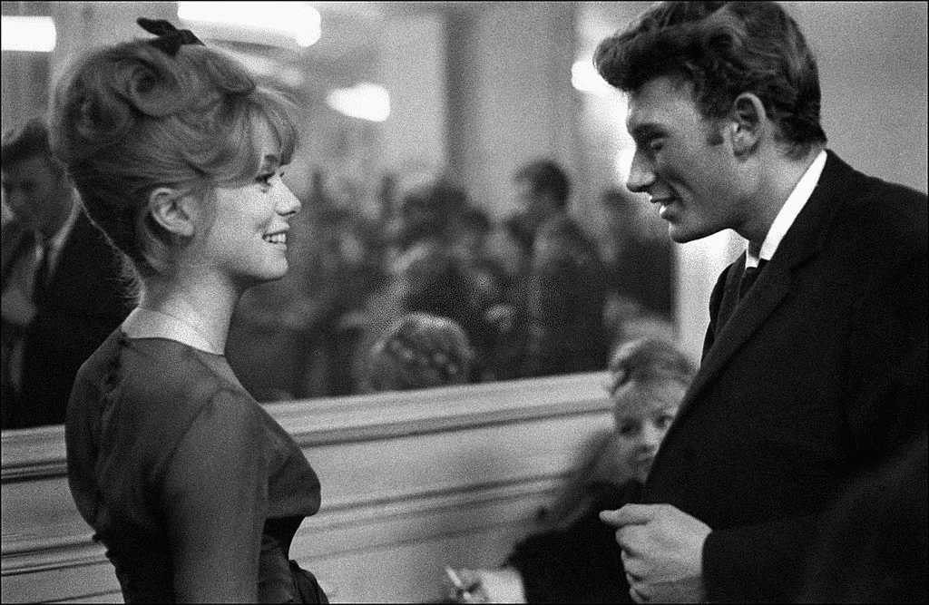 "FRANCE - 1961 : Johnny Hallyday dans les années 60 en France - Catherine Deneuve et Johnny Hallyday dans ""Les Parisiennes"" en France, en novembre 1961. 
