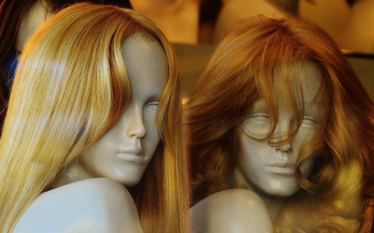 Wigs on mannequins   Photo: Pixabay