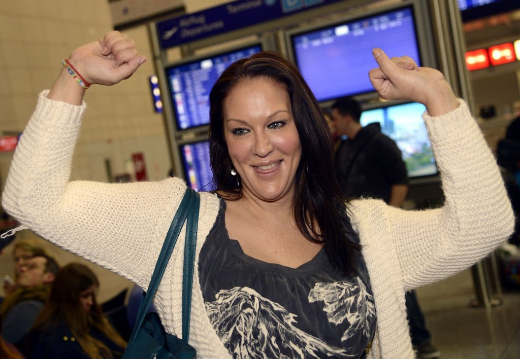 Allegra Curtis, the dauther of late US-actor Tony Curtis, poses at the Frankfurt airport before a flight to Australia on January 6, 2013   Photo: Getty Images