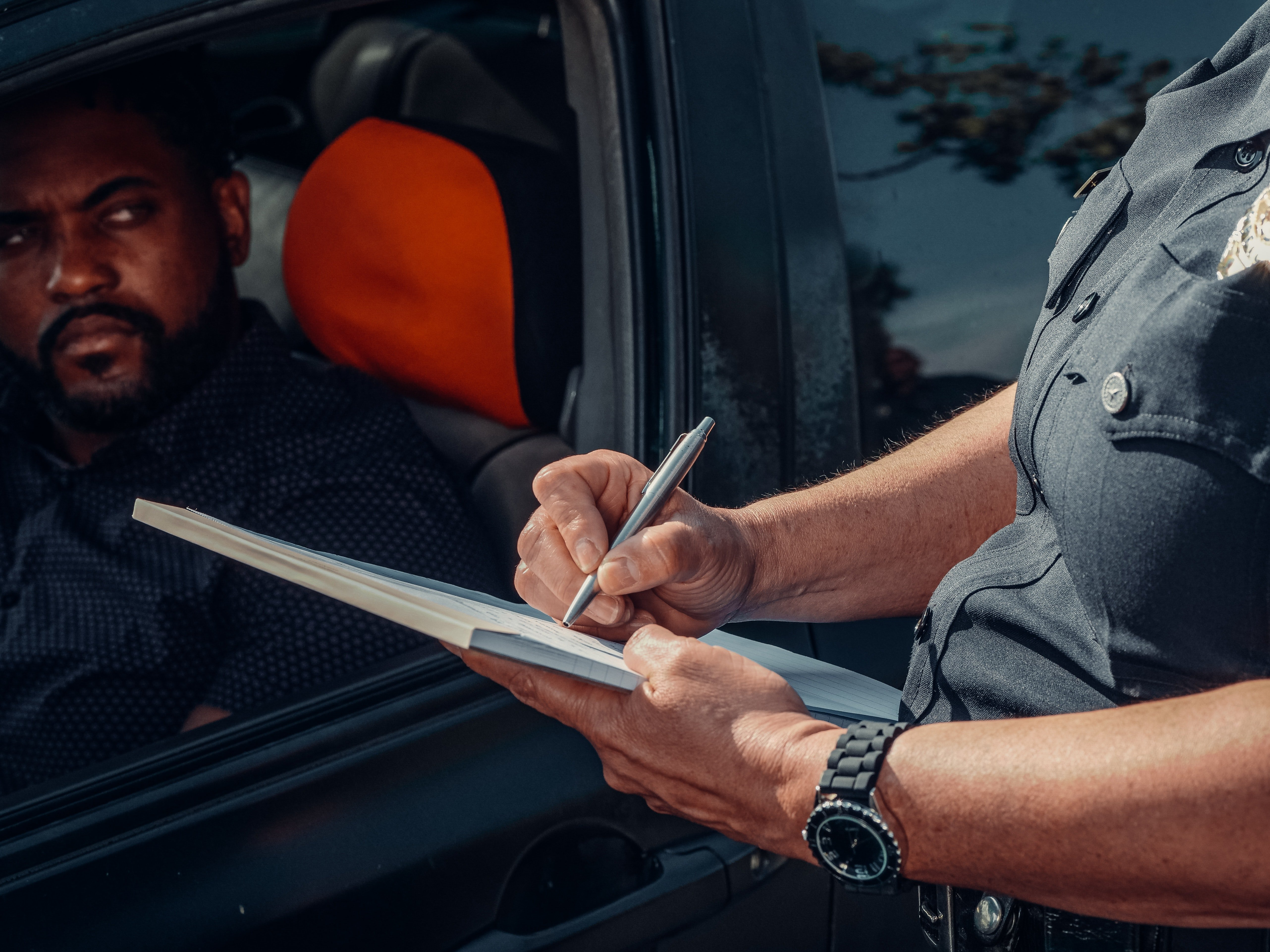 The police officer writing a ticket for the driver | Photo: Pexels/Kindel Media