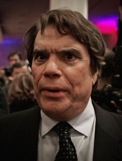 "Bernard Tapie assiste à la ""Soirée noir et blanc"" par Edouard Nahum au VIP Room Theatre le 6 décembre 2016 à Paris. 