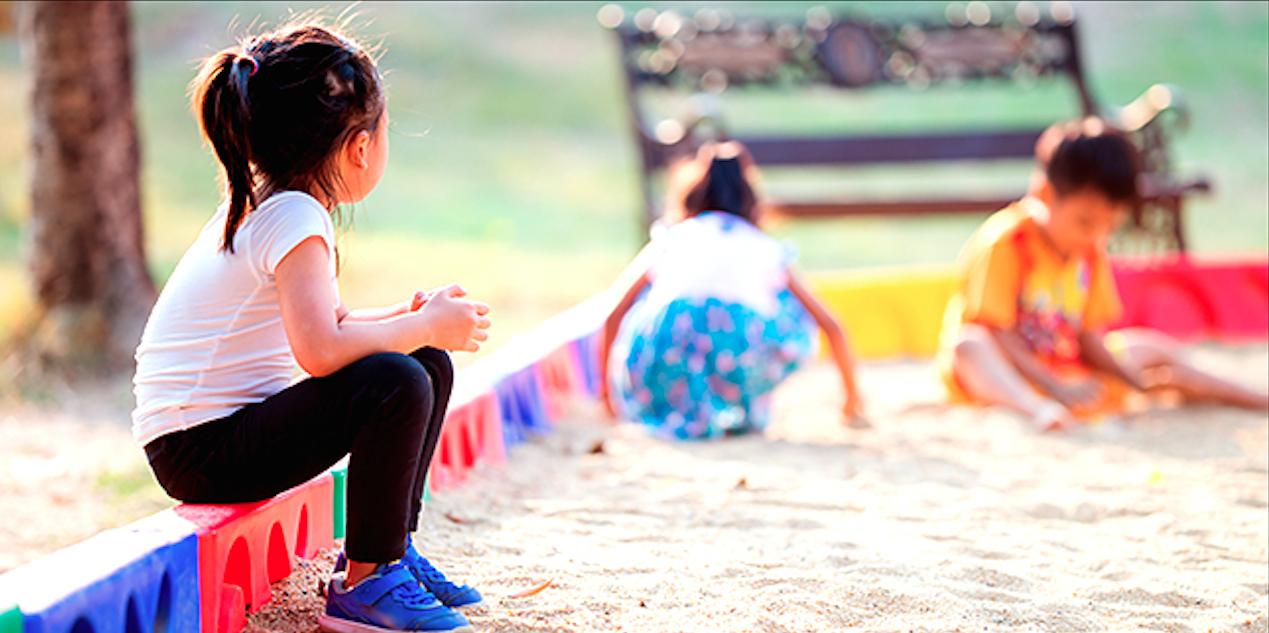 Une fillette oubliée par ses parents dans un espace de jeux.   Shutterstock