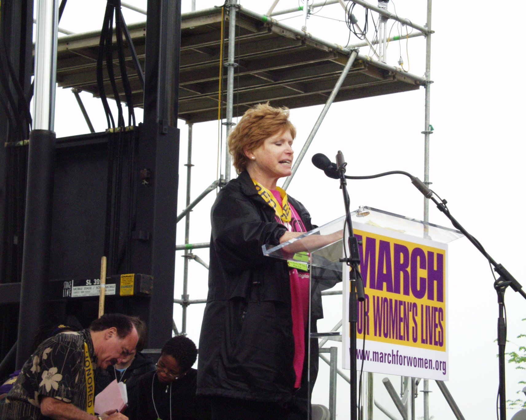 Bonnie Franklin speaking to crowd at March For Women's Lives in 2004. | Source: Wikimedia Commons