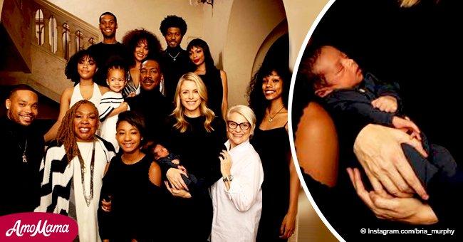 Eddie Murphy partage la toute première photo de son fils nouveau-né en prenant la pose avec ses 9 autres enfants