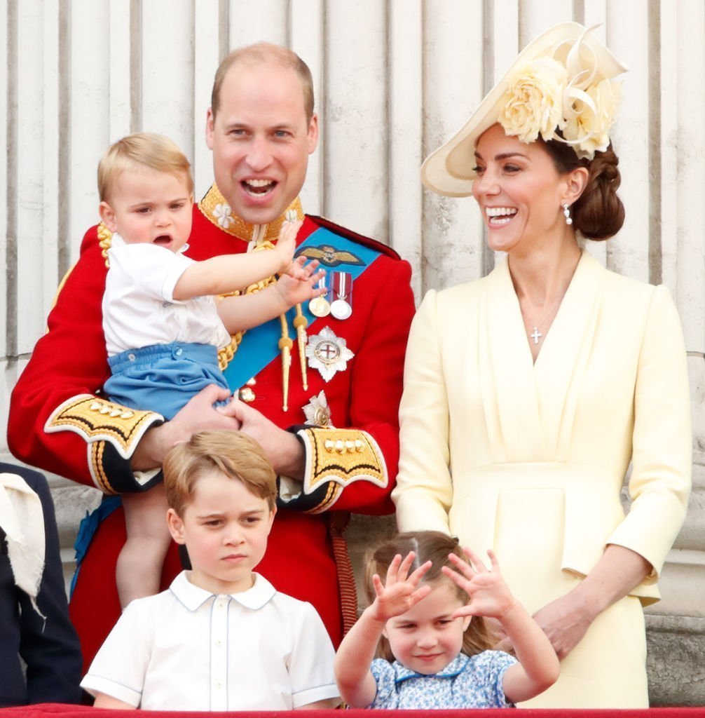 Le prince William, le duc de Cambridge, Catherine, la duchesse de Cambridge, le prince Louis de Cambridge, le prince George de Cambridge et la princesse Charlotte de Cambridge regardent un défilé aérien depuis le balcon du palais de Buckingham pendant Trooping The Color, le défilé annuel de la reine | Photo : Getty Images