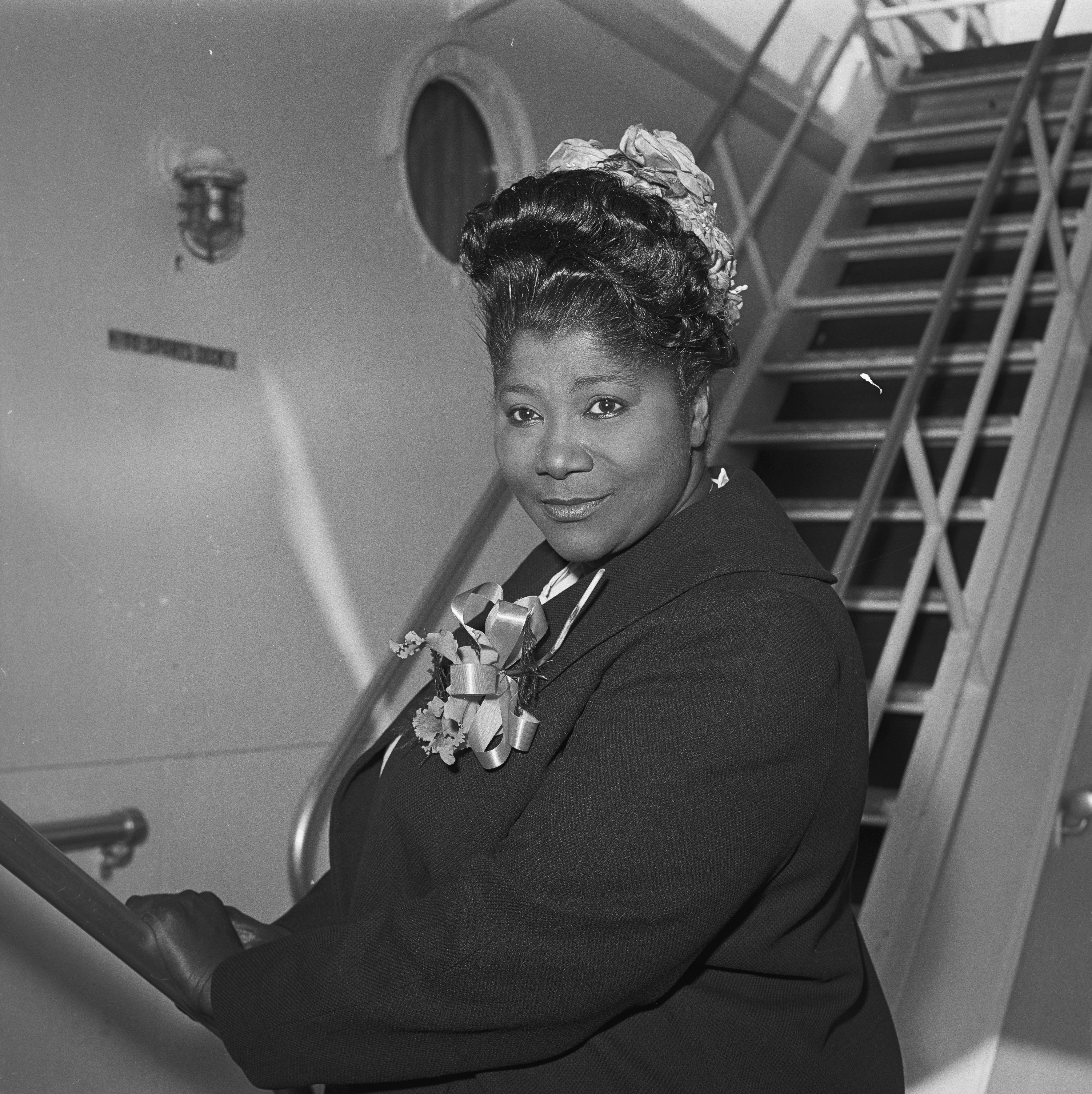 Mahalia Jackson returns to her home in Chicago, Illinois, after a concert tour through nine countries during the spring of 1961. | Photo: Getty Images