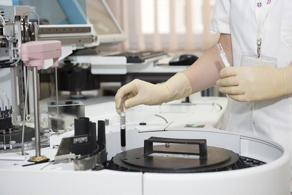 Un médecin au laboratoire   Photo : Pixabay