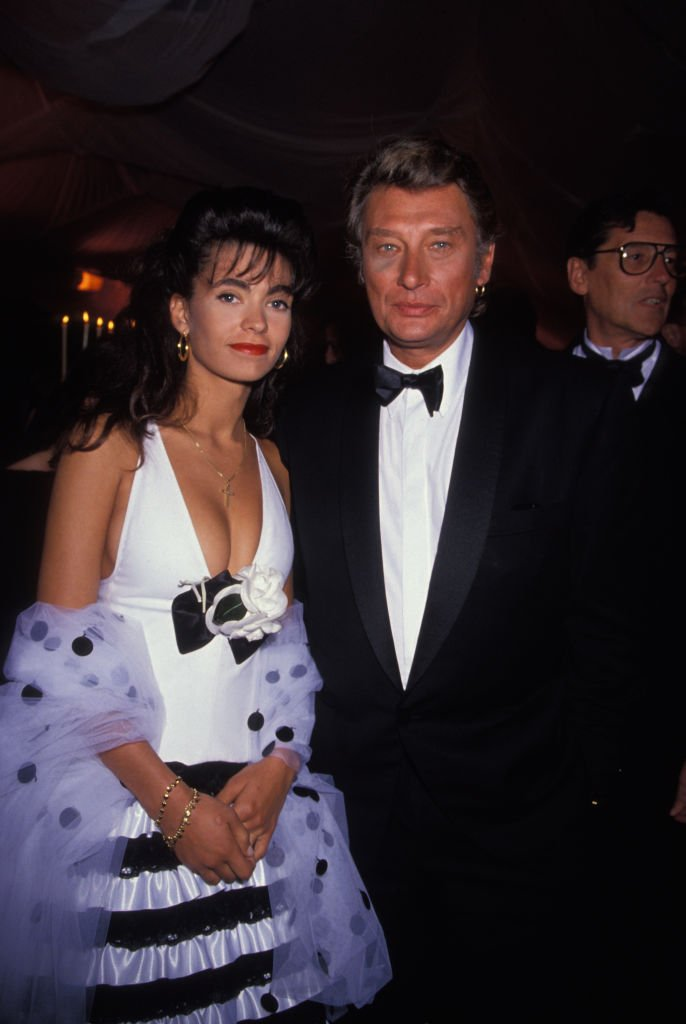 Johnny Hallyday et son épouse Adeline lors d'une soirée en mai 1990 à Cannes, France. | Photo : Getty Images
