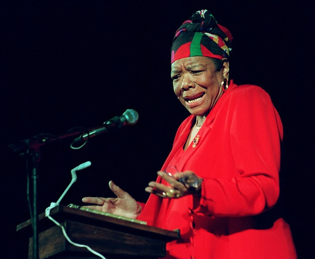 Dr. Maya Angelou delivers poetry to an audience of Tufts University students at the Somerville Theatre on April 28, 1997. | Photo: Getty Images
