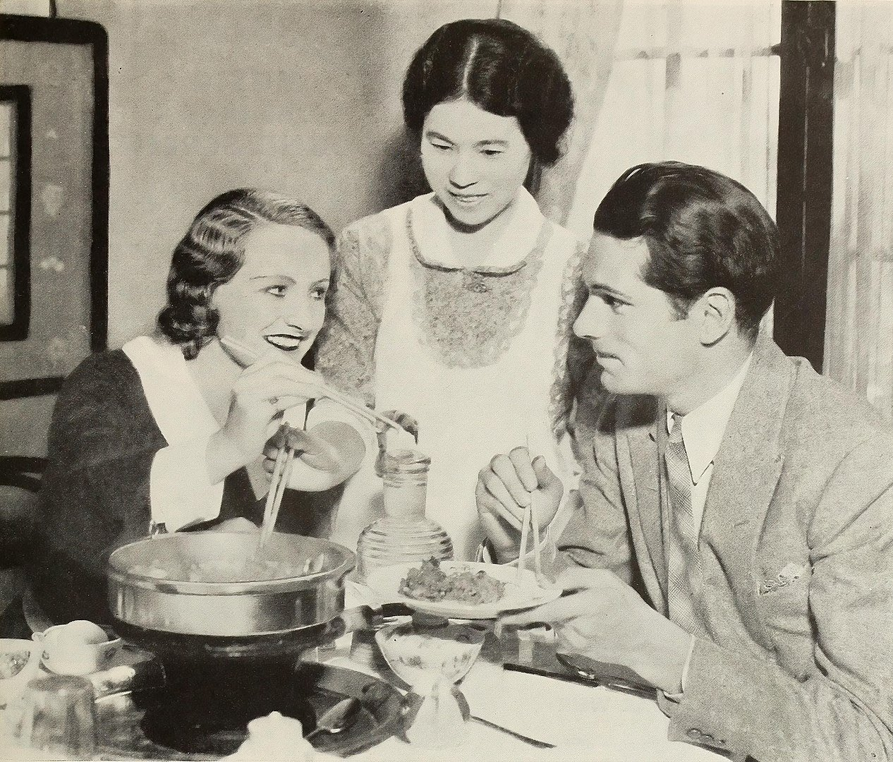 Olivier, with his first wife Jill Esmond at a Japanese restaurant in 1932 | Photo: Wikimedia Commons Images