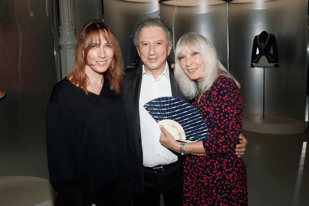 "PARIS, FRANCE - 01 JUILLET : Stéfanie Jarre, sa mère Dany Saval et Michel Drucker assistent au vernissage de l'exposition ""L'Alchimie secrète d'une collection"" à la Galerie Azzedine Alaia le 1er juillet 2018 à Paris, France. 