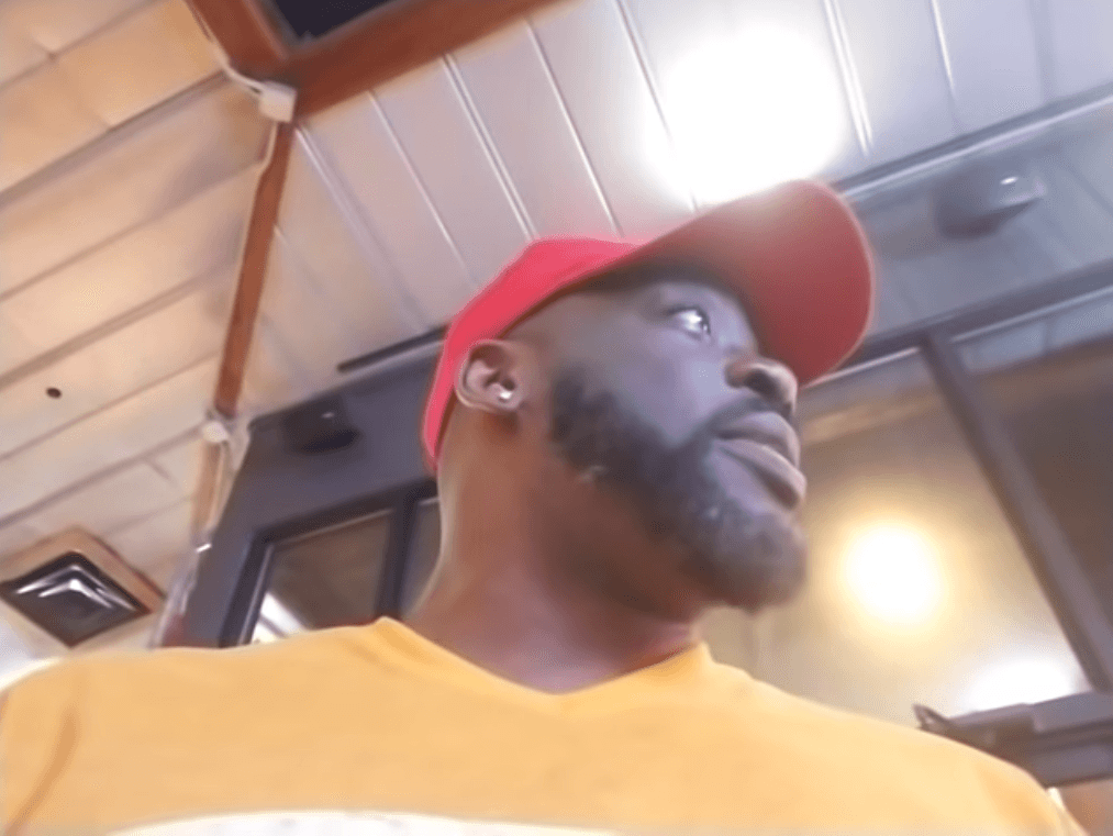 Tommy Sotomayor talking with the manager of the Hooters restaurant   Source: YouTube/Tommy Sotomayor REBORN!