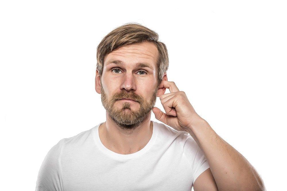 Hombre rascándose el oído. | Imagen tomada de: Shutterstock