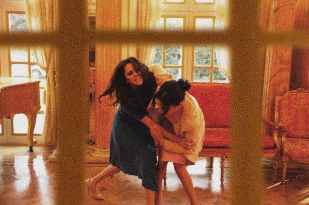 Spoof of Duchess Kate and Meghan fighting | Photo: Alison Jackson