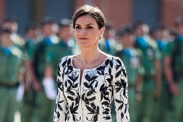 Plano medio de la Reina Letizia usando el polémico vestido. Fuente: Getty Images