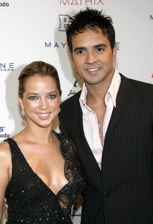 Adamari López y Luis Fonsi en la Gala de Las 50 Más Bellas de People En Español en los Estudios Splashlight, en Mayo de 2004 en Nueva York. | Imagen: Getty Images