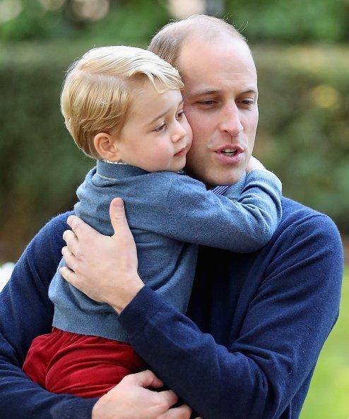 Le prince George de Cambridge avec le prince William, Duc de Cambridge a une fête pour enfants de familles militaires.   Getty Images