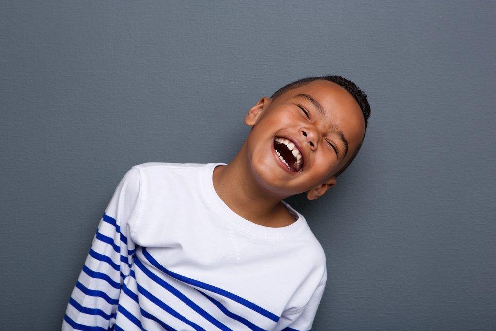 Un garçon mort de rire. Photo : Shutterstock