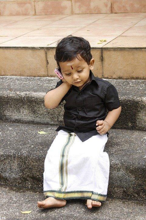 Un garçon au téléphone. | Photo : Pixabay