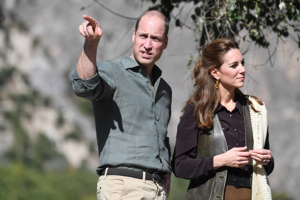 Le prince William, duc de Cambridge et Catherine, duchesse de Cambridge visitent le village de Bumburet | Photo : Getty ImagesKate et William|