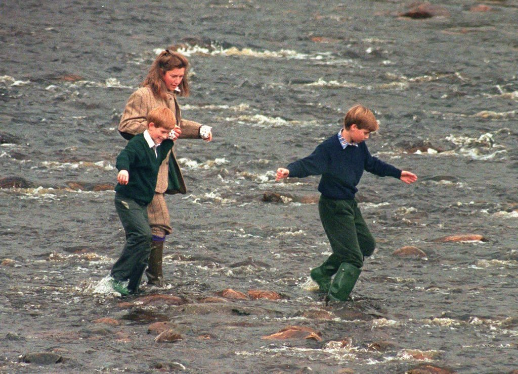 Tiggy Pettifer le 22 octobre 1994 à Balmoral aux côtés des Princes William et Harry. l Source : Getty Images