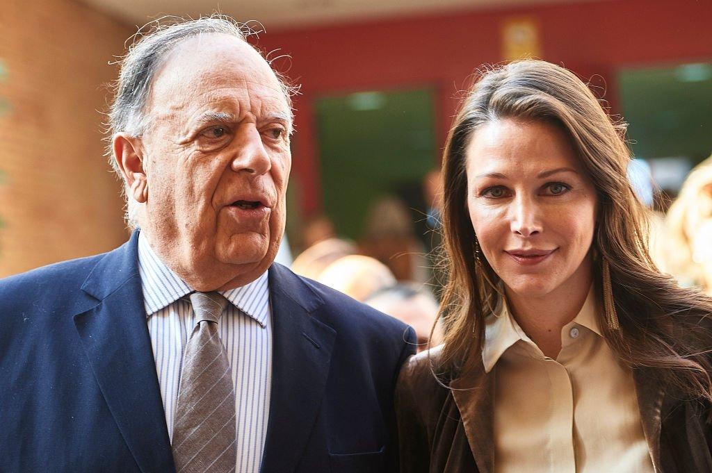 Carlos Falcó y Ester Doña en los establos antes de la gala de clausura de SICAB 2017 el 18 de noviembre de 2017 en Sevilla, España. | Imagen: Getty Images