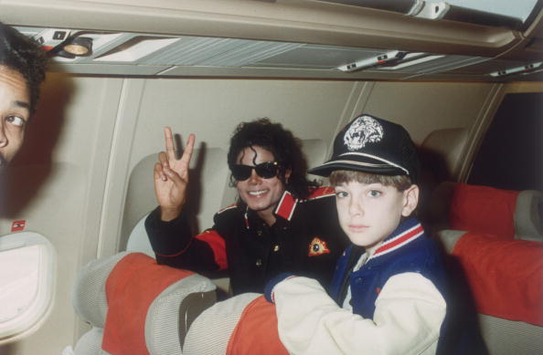 Michael Jackson avec Jimmy Safechuck, 10 ans, dans l'avion de la tournée / Photo : Getty Images