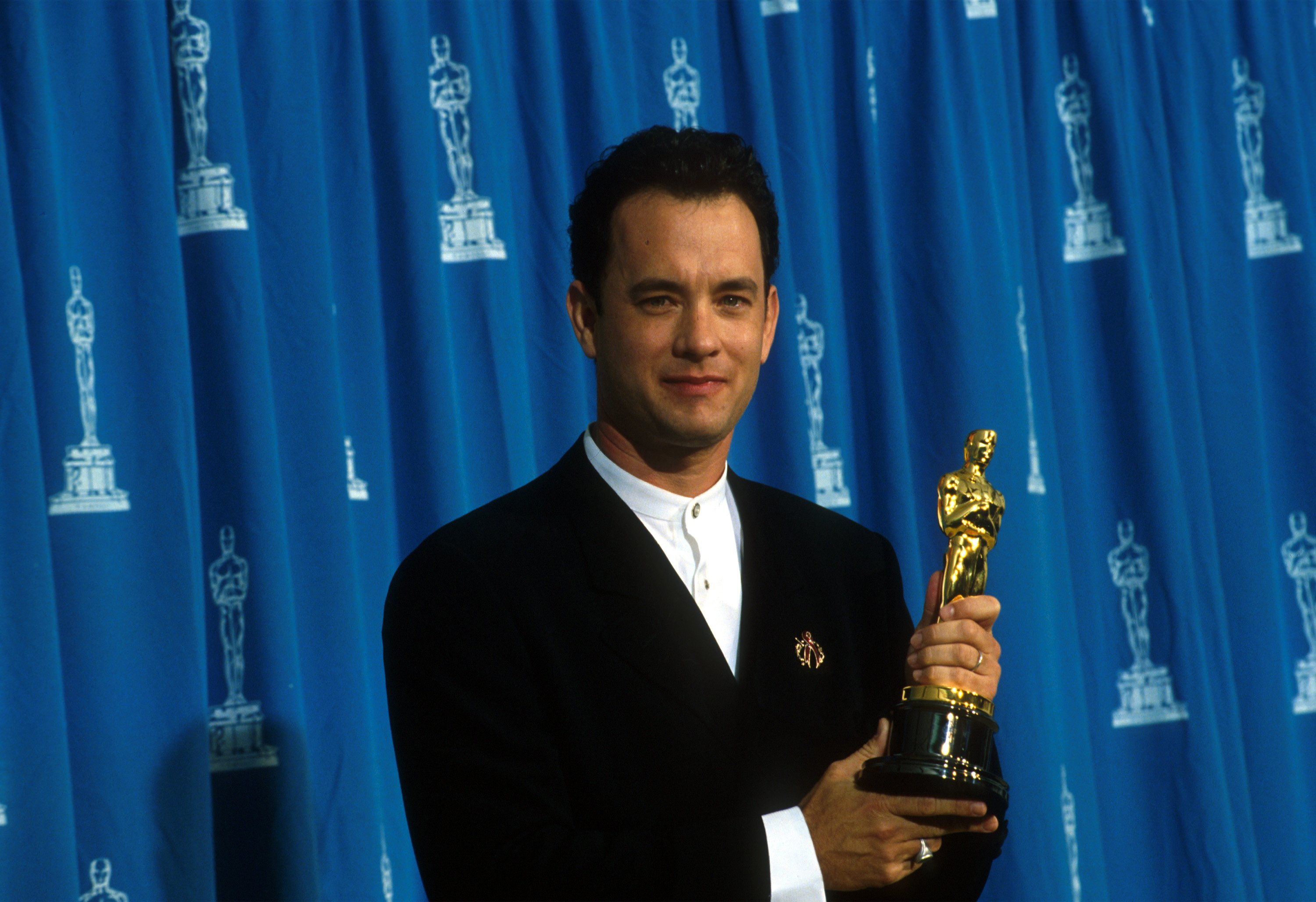 Actor Tom Hanks receives his Oscar at the Academy Awards in Los Angeles, CA., March 27, 1995. | Source: Getty Images