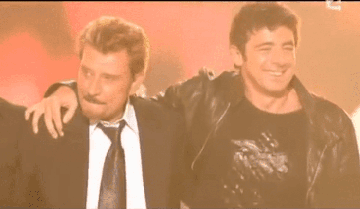 Johnny Hallyday et Patrick Bruel sur scène. | Photo : Youtube/Julien Muckensturm