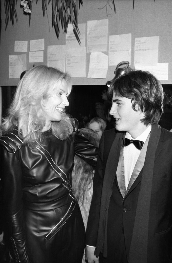 Michèle Torr et son fils Romain à l'Olympia à Paris le 2 décembre 1982. | Source : Getty Images