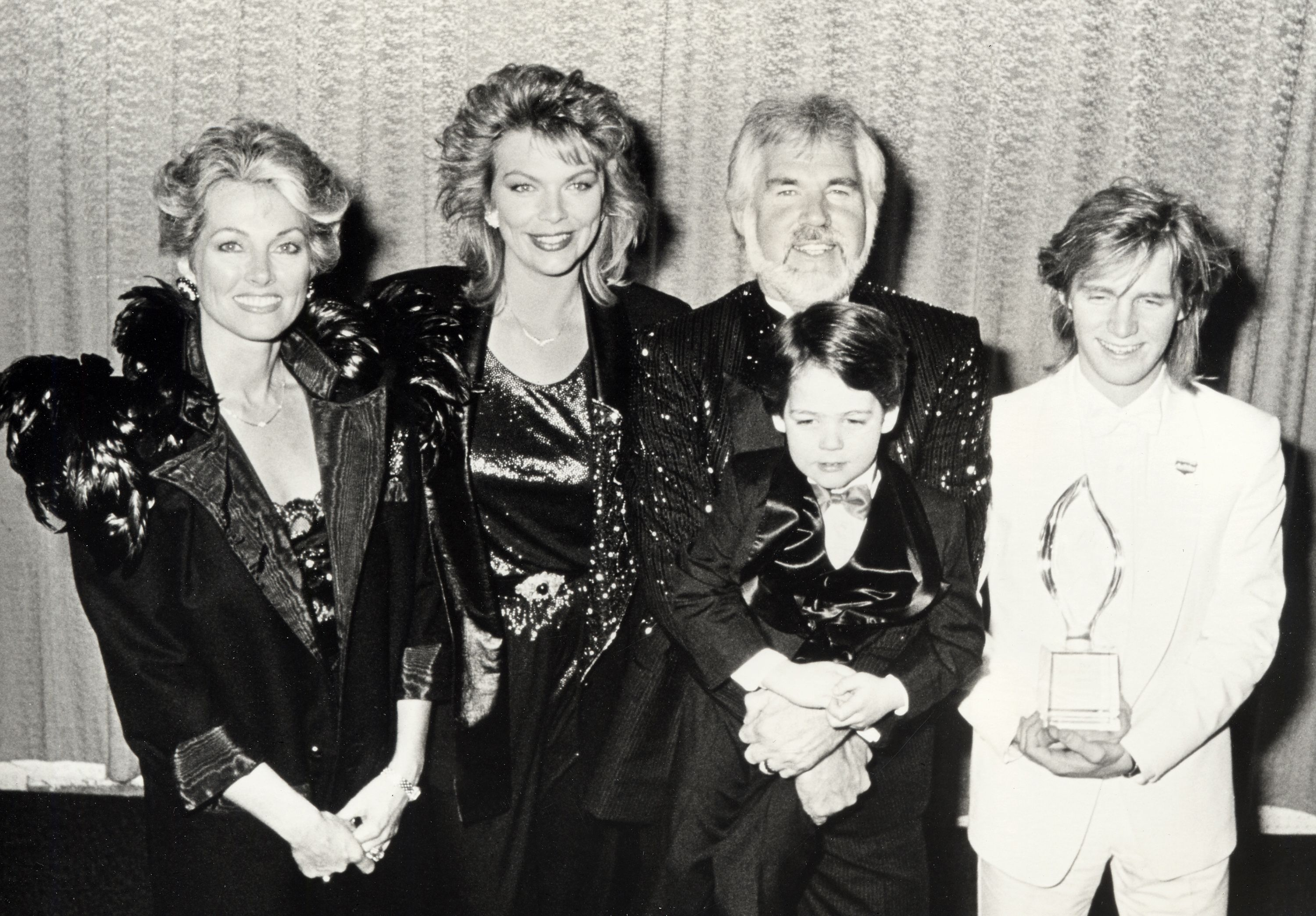 Kenny Rogers, wife Marianne Gordon, daughter Carol Rogers and sons Kenny Rogers Jr. and Christopher Rogers at the 12th Annual People's Choice Awards in 1986 | Source: Getty Images