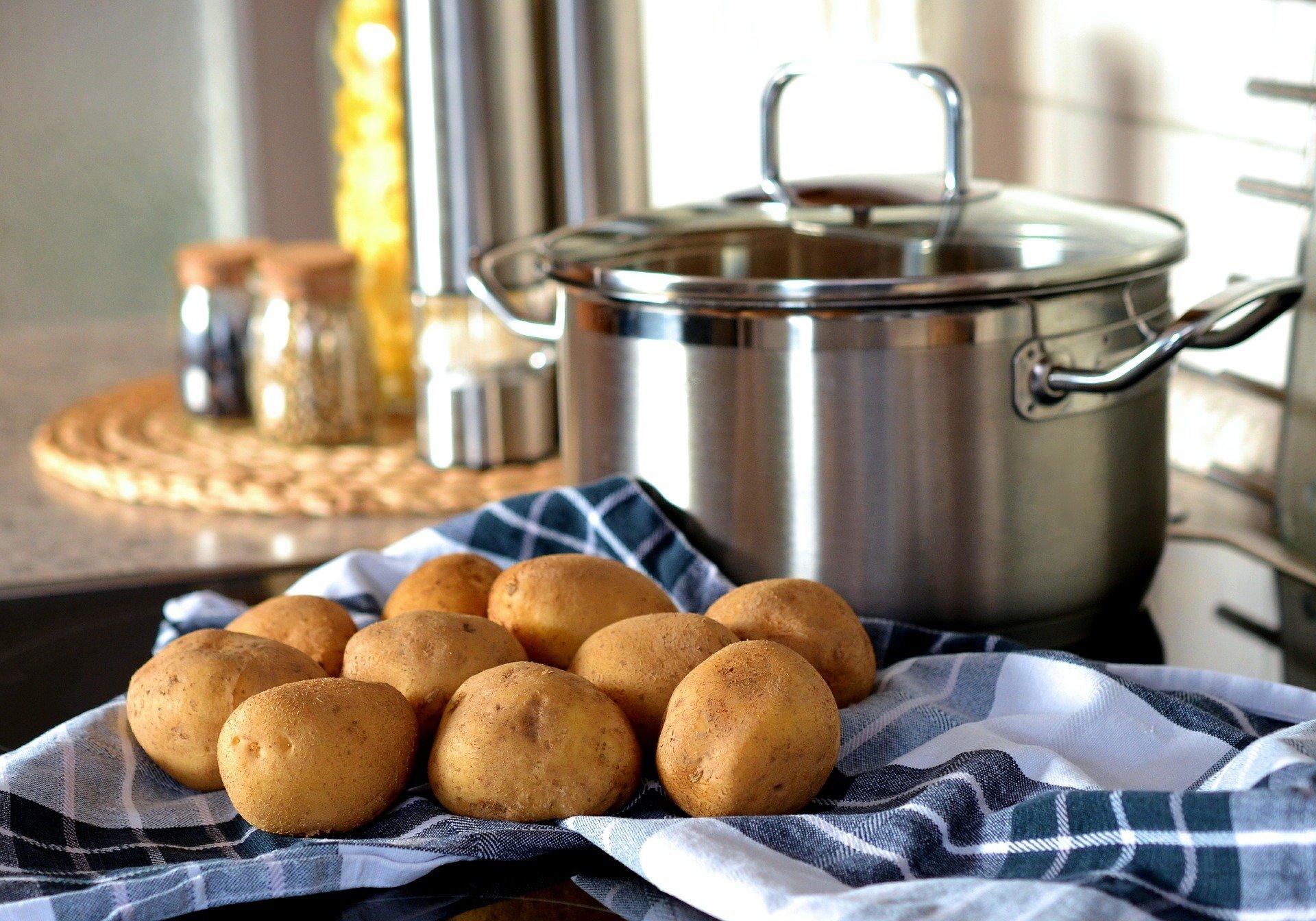 Patatas y olla en cocina. Fuente: Pixabay